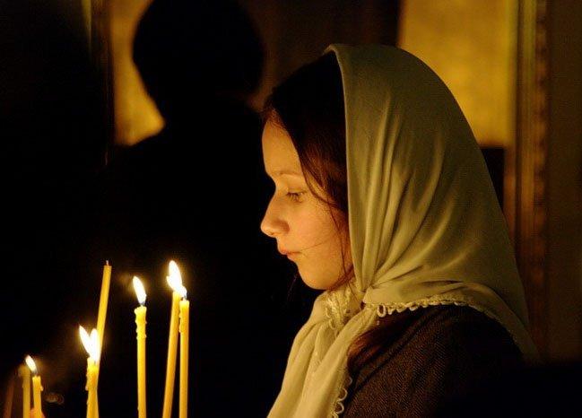 девочка молится