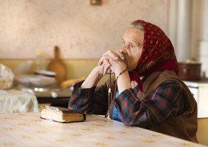 бабушка молится