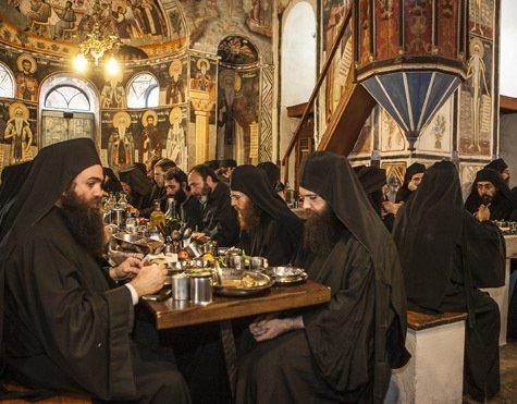 монахи за трапезой